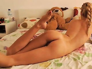 Nerdy Doll Decides To Masturbate On The Webcam Nuvid