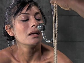 Huge Vibrators And Tight Ropes Are The Only Things She De Any Porn