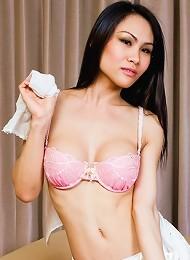 Lustful drag queen exposes her great body